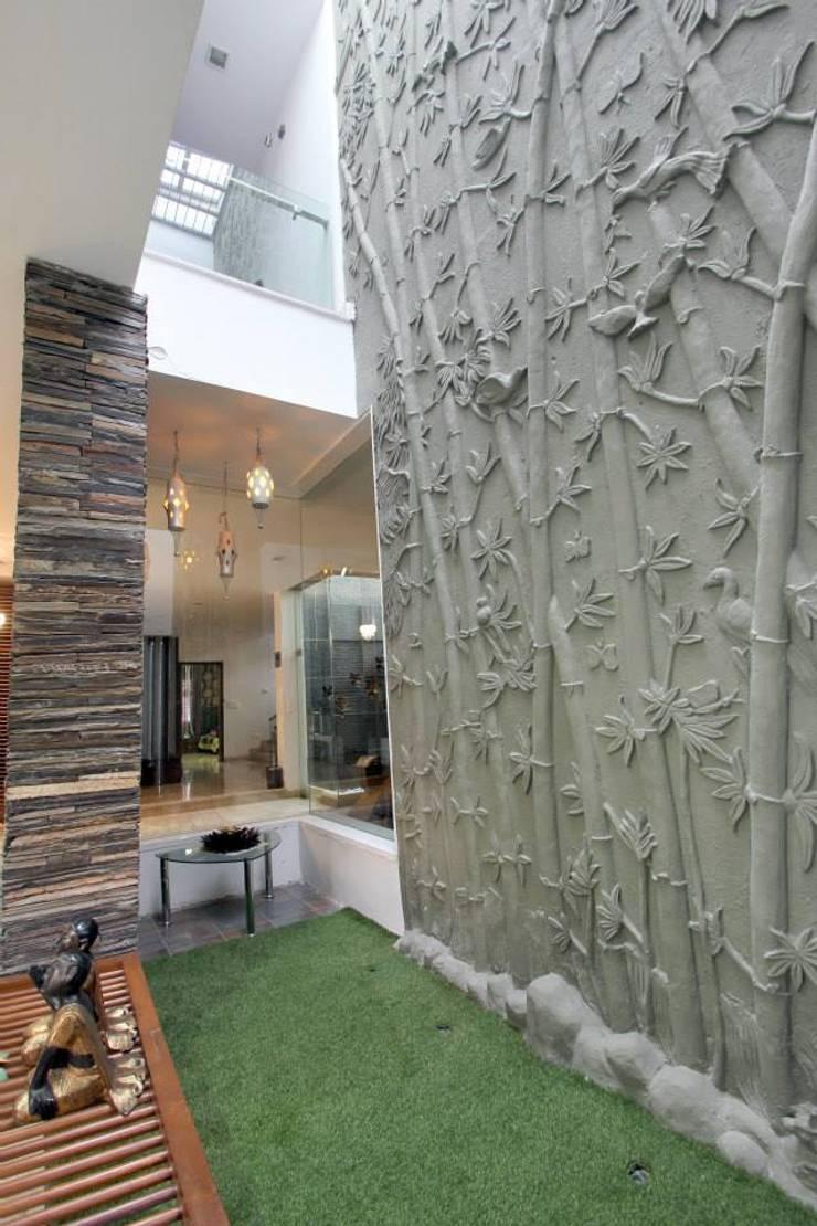 Villa Project:  Walls by Bansal Interiors