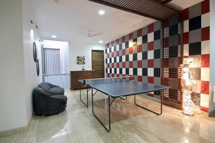 Villa Project:  Living room by Bansal Interiors