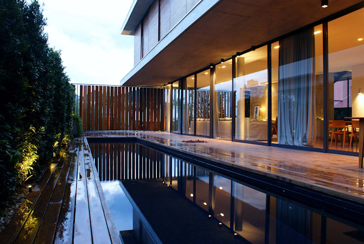 Piletas de estilo moderno por JOBIM CARLEVARO arquitetos