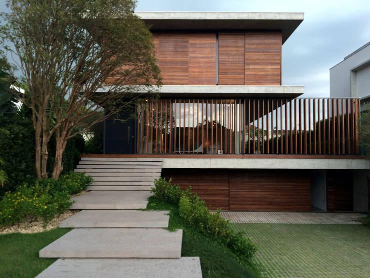 Houses by JOBIM CARLEVARO arquitetos