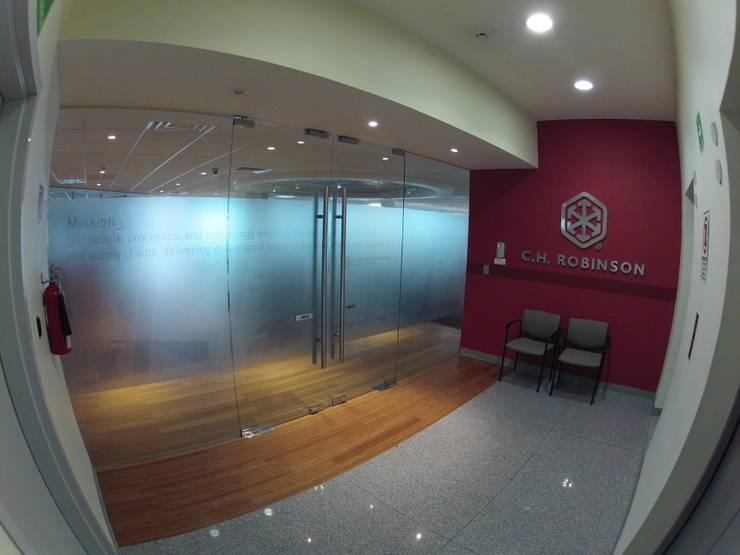 C.H. ROBINSON: Oficinas y tiendas de estilo  por Liferoom
