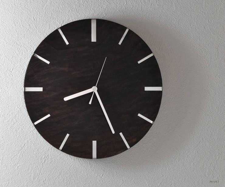 シンプルモダンの掛け時計【ウォルナット】: アトリエ1が手掛けた家庭用品です。,