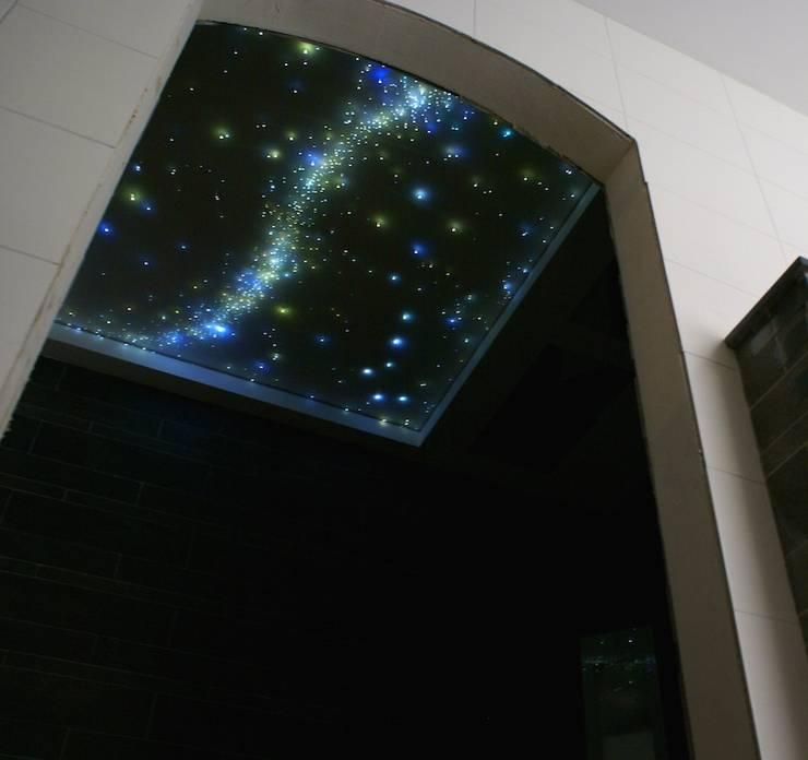 Fiber Optic Star Ceiling Lights for the bathroom, bedroom a realistic Starry Night Sky in the Sauna, Spa, wellness resort center.:  Badkamer door MyCosmos, Modern Hout Hout