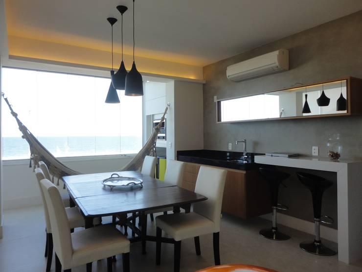 APARTAMENTO NA AV. ATLÂNTICA: Salas de jantar ecléticas por Maria Helena Torres Arquitetura e Design