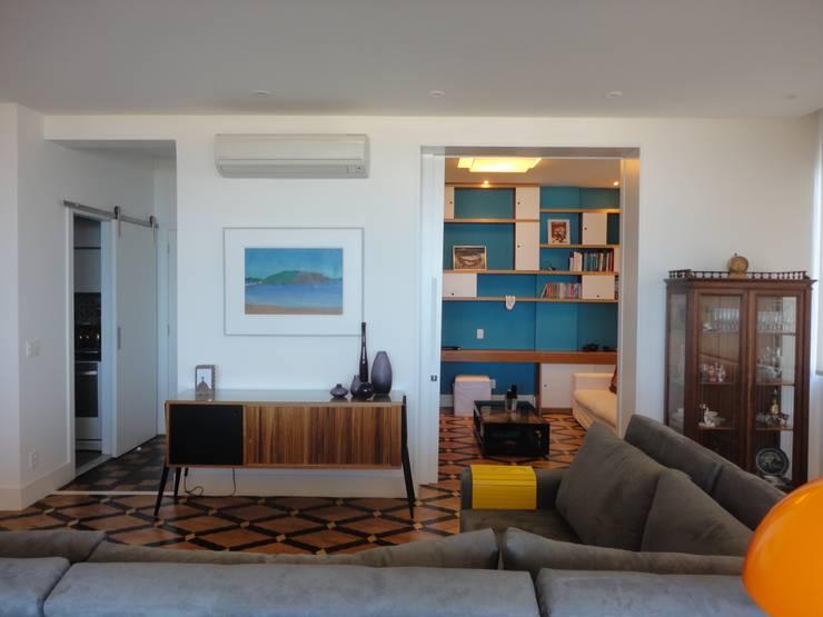 APARTAMENTO NA AV. ATLÂNTICA: Salas de estar ecléticas por Maria Helena Torres Arquitetura e Design