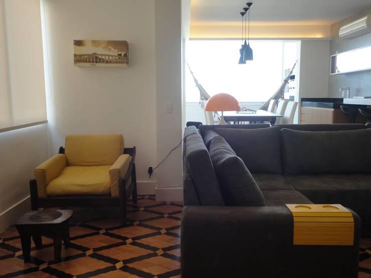 ห้องนั่งเล่น โดย Maria Helena Torres Arquitetura e Design, ผสมผสาน