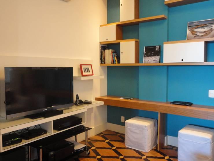 APARTAMENTO NA AV. ATLÂNTICA: Salas multimídia modernas por Maria Helena Torres Arquitetura e Design