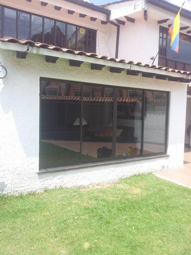 Aluminios en Ventanas y Puertas: Ventanas de estilo  por JPM Aluminios Bogotá