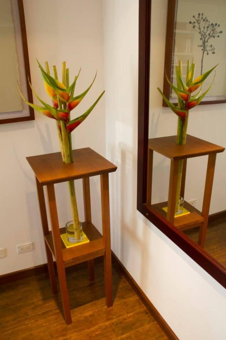 MESA-FLOR: Salones de estilo  por Muebles&Co.