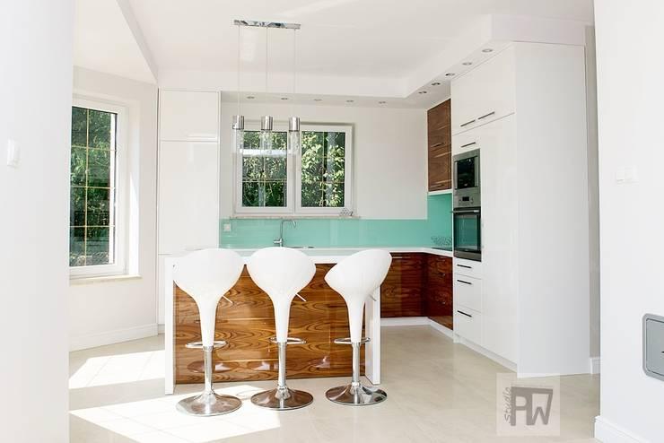 Prostota i elegancja : styl , w kategorii Kuchnia zaprojektowany przez PTW Studio,Nowoczesny Płyta MDF