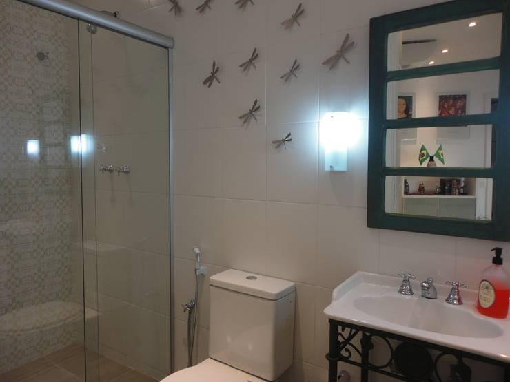 APARTAMENTO EM COPACABANA - CORTE DE CANTAGALO: Banheiros coloniais por Maria Helena Torres Arquitetura e Design