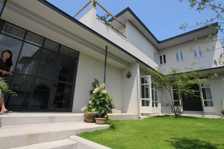 Antique Gate House: Sakurayama-Architect-Designが手掛けた家です。