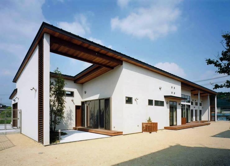 House of the big roof: Sakurayama-Architect-Designが手掛けた家です。,モダン