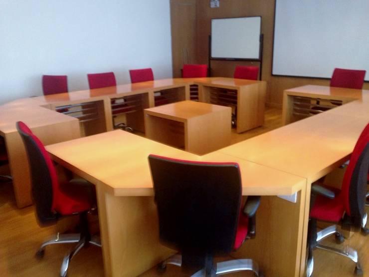 PROYECTO MOBILIARIO. OFICINAS ALIANZA ECUADOR: Oficinas y tiendas de estilo  por La Carpinteria - Mobiliario Comercial