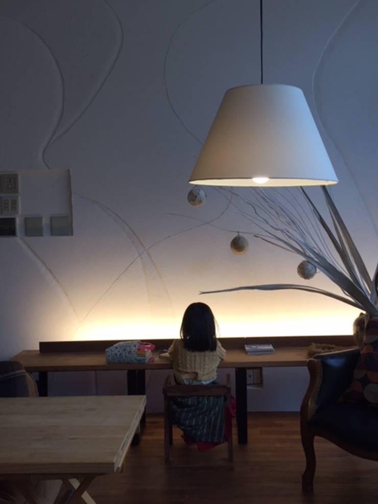 Interior design and furniture design: 株式会社KIMURA  bi-Artが手掛けた多目的室です。