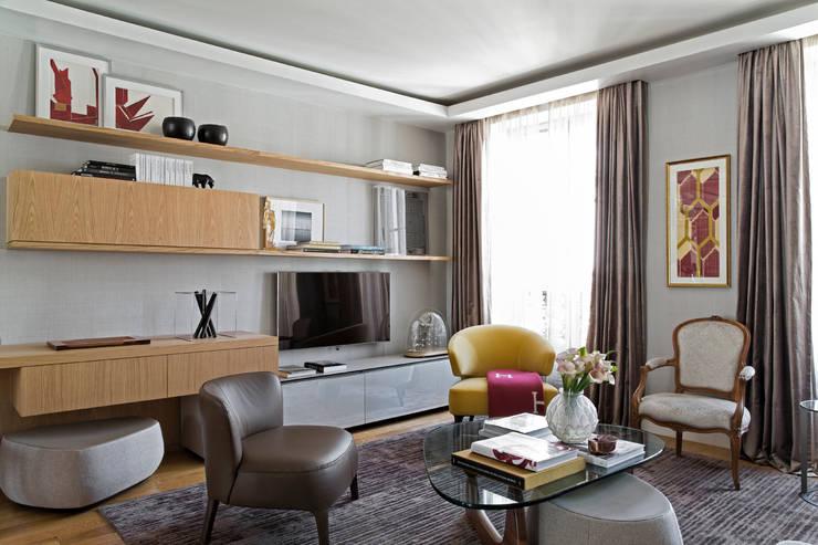 Living room by DIEGO REVOLLO ARQUITETURA S/S LTDA.