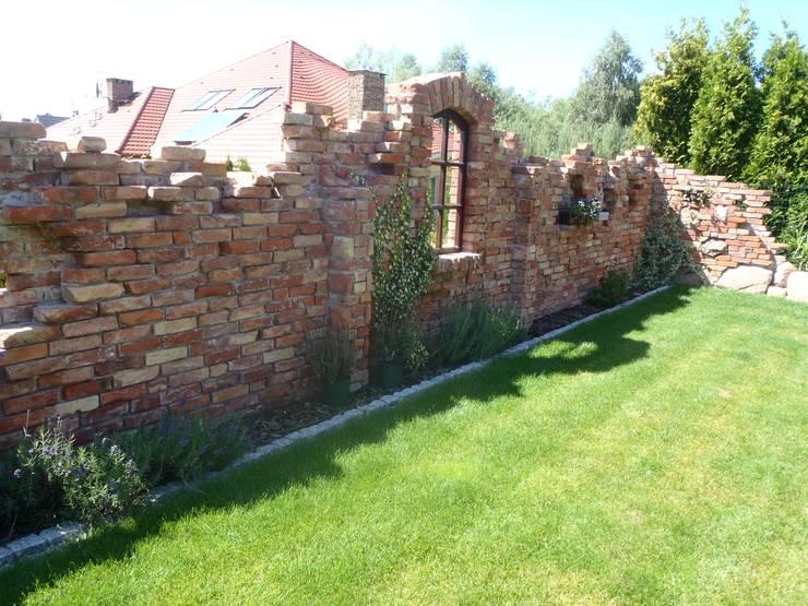 ogród z murem i murkami: styl , w kategorii  zaprojektowany przez PRACOWNIA ARANŻACJA ANNA RYPLEWSKA