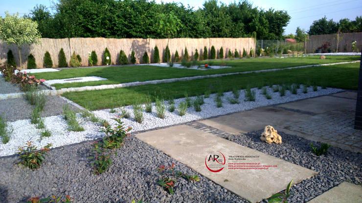 nowoczesny ogród minimalistyczny betonowo - kamienny: styl , w kategorii  zaprojektowany przez PRACOWNIA ARANŻACJA ANNA RYPLEWSKA