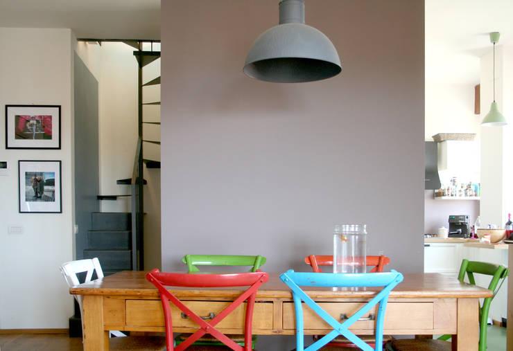 Sala da pranzo: Sala da pranzo in stile  di Atelier delle Verdure