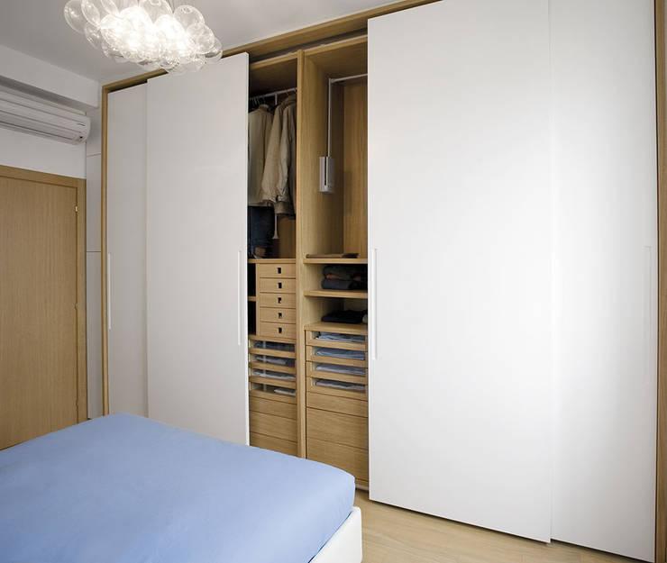 Essenzialmente rovere: Camera da letto in stile  di PAZdesign