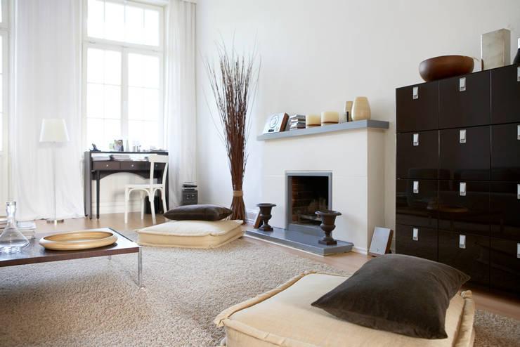 Salas de estar clássicas por Studio Uwe Gaertner Interior Design & Photography