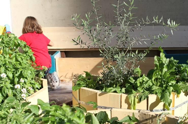 L'orto giardino dei bambini: Giardino in stile in stile Rustico di Atelier delle Verdure