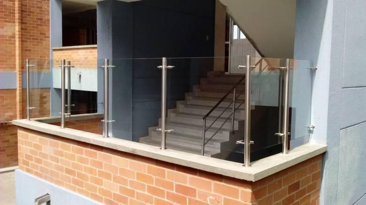 Cerramiento de espacio en balcón: Escuelas de estilo  por Glazier Soluciones Arquitectónicas Integrales