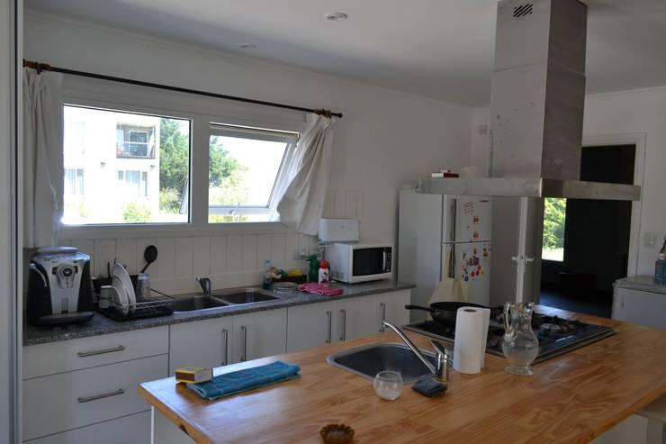 Casa Ik: Cocinas de estilo  por 3B