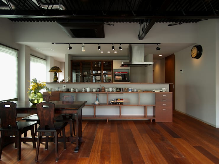 奥東海の家: ai建築アトリエが手掛けたリビングです。