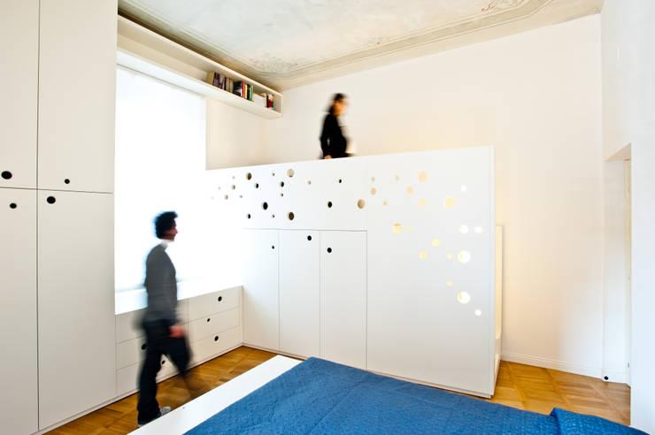 Casa a due altezze: Camera da letto in stile in stile Mediterraneo di disegnoinopera