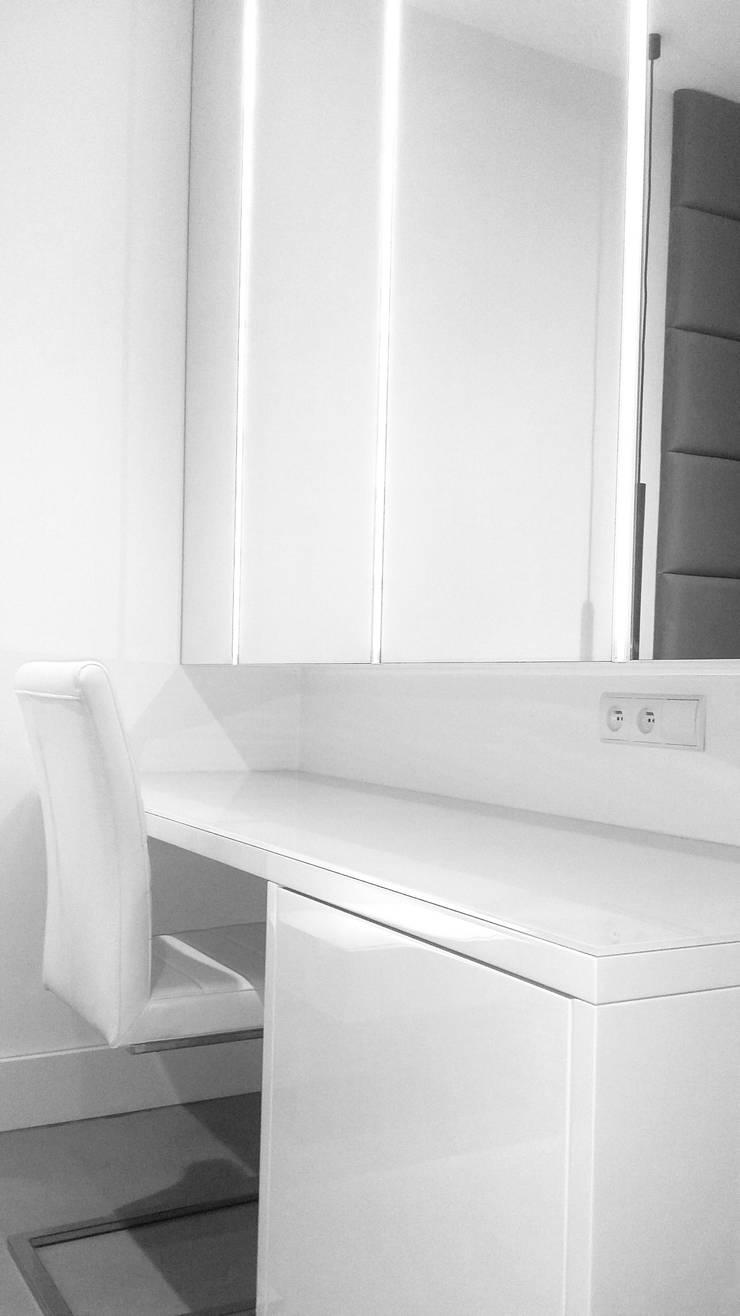 Projekt mieszkania na Wilanowie: styl , w kategorii Domowe biuro i gabinet zaprojektowany przez Base Architekci