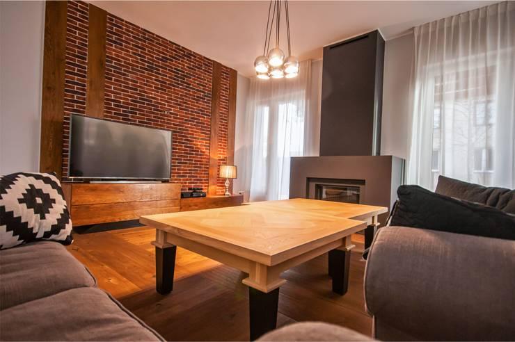 Rustykalna Posiadłość: styl , w kategorii Salon zaprojektowany przez Pracownia Architektury Wnętrz Hanny hildebrandt