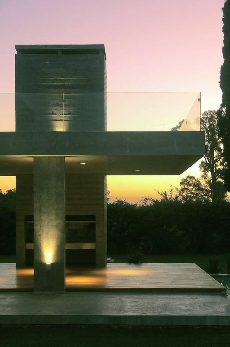 CASA BH : Casas de estilo  por Estudio Cavadini