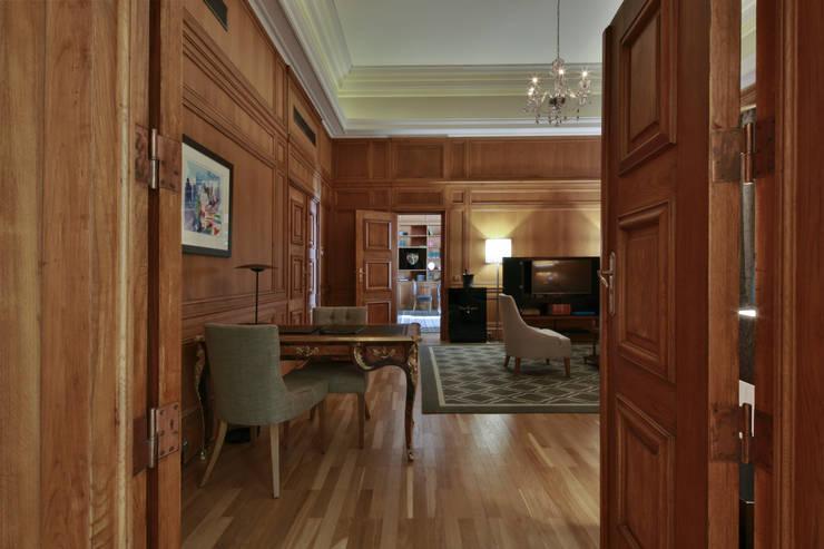 Living room: Salas de estar  por Strong Wood Floors