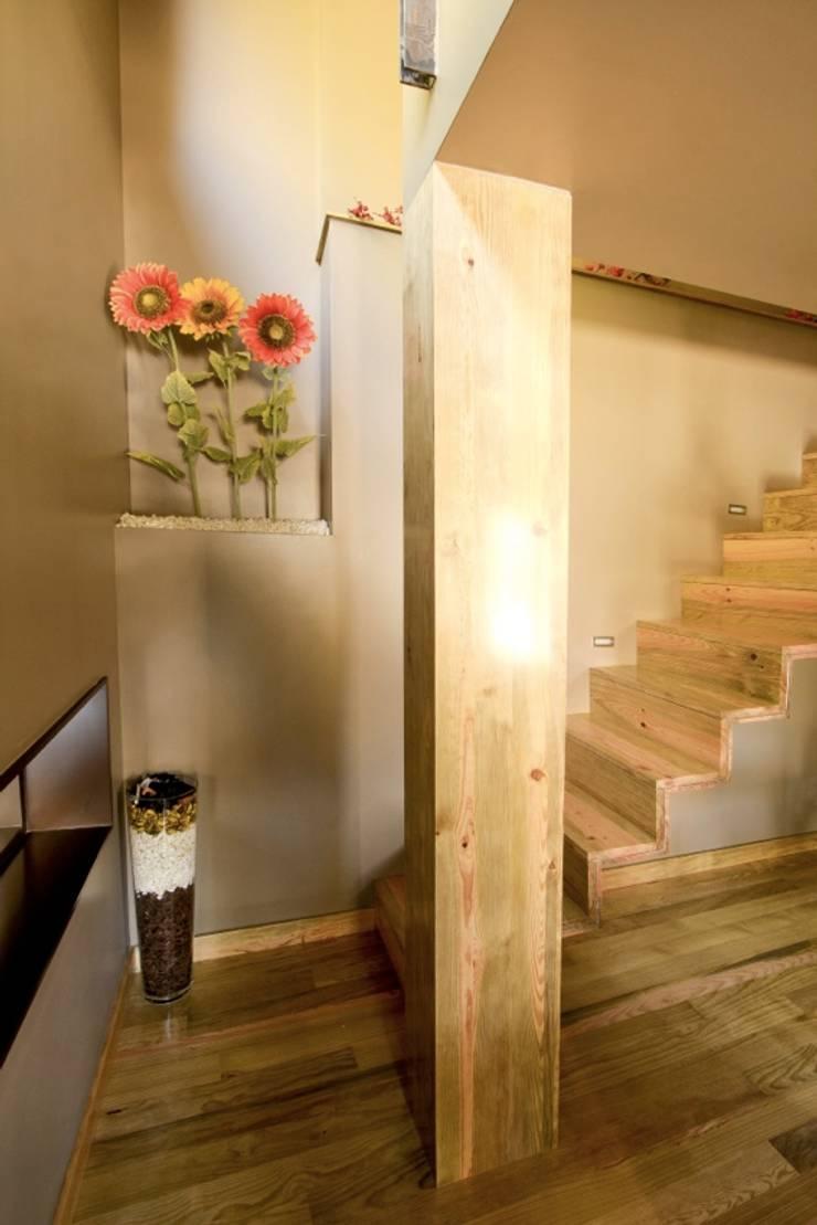 Kiko House: Corredores e halls de entrada  por RH Casas de Campo Design
