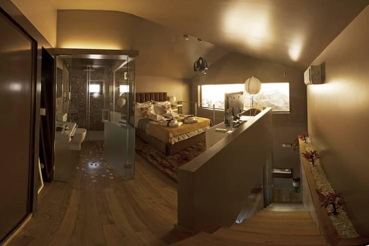 Dormitorios de estilo  por RH Casas de Campo Design