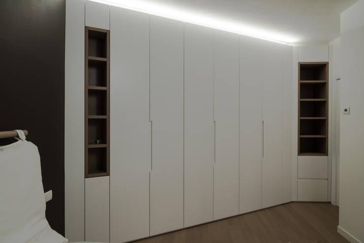 Interno AT: Camera da letto in stile  di Stefano Viganò Architetto