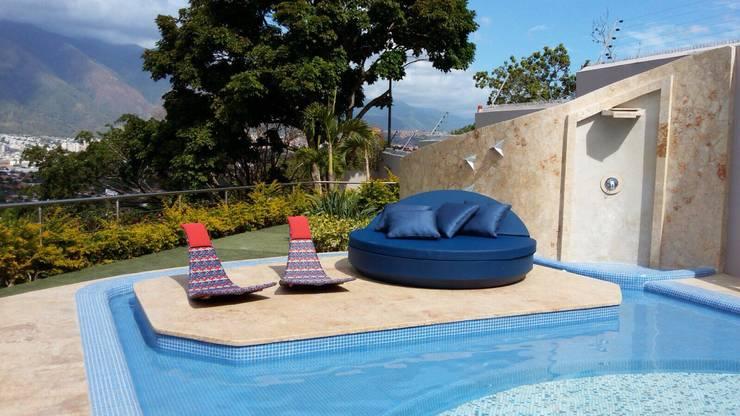 Proyecto San Román: Terrazas de estilo  por THE MUEBLES
