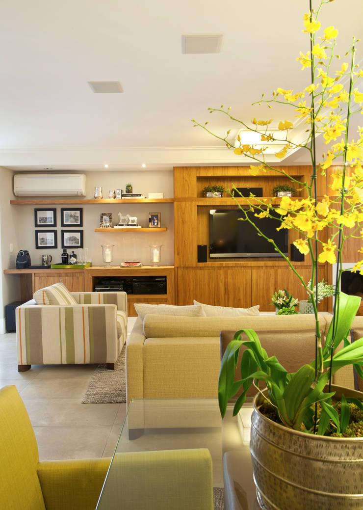 Modern Living Room by Silvana Lara Nogueira Modern