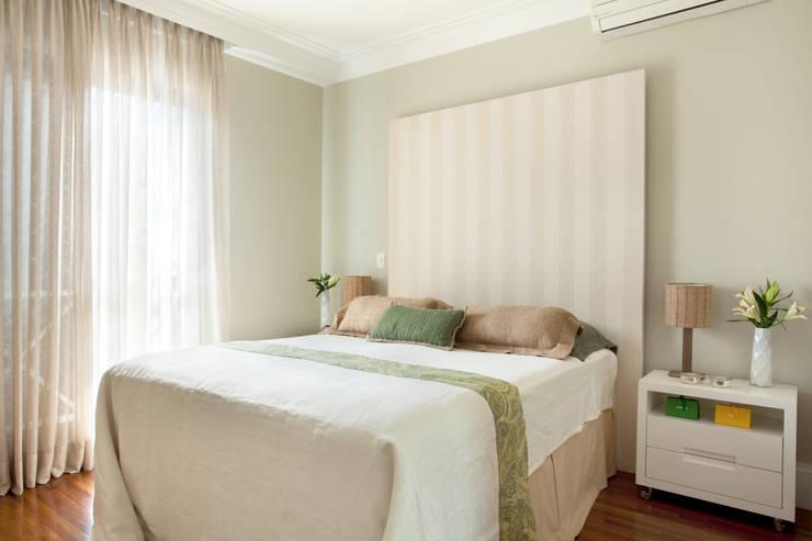 modern Bedroom by Silvana Lara Nogueira