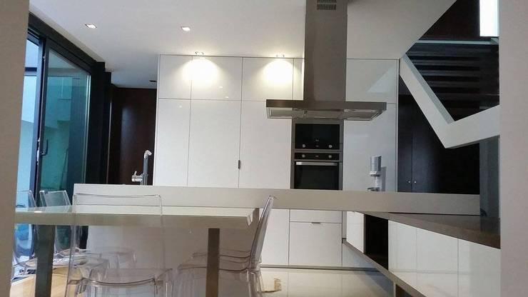 Casa da Gandarela: Cozinhas  por Hugo Pereira Arquitetos