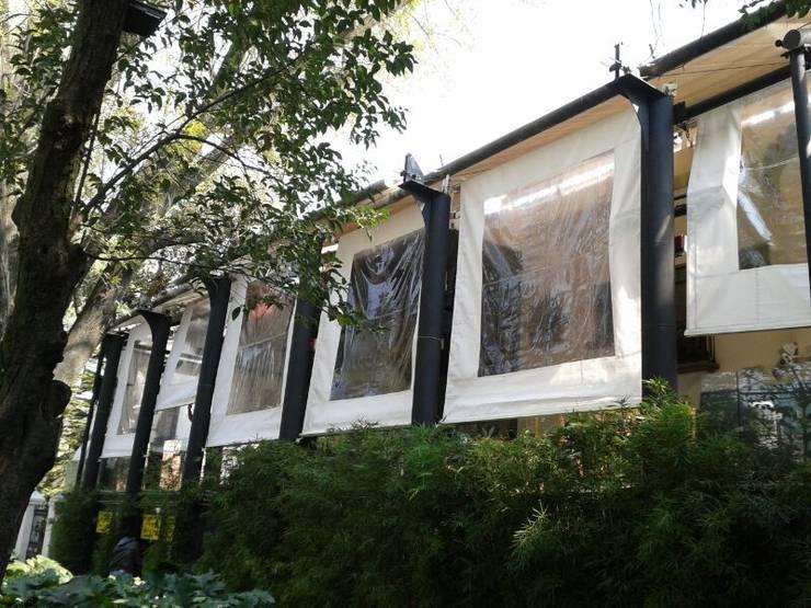 Toldos Verticales (manuales o motorizados) Lona Acrilica o Microperforada: Jardín de estilo  por HLA181026V73