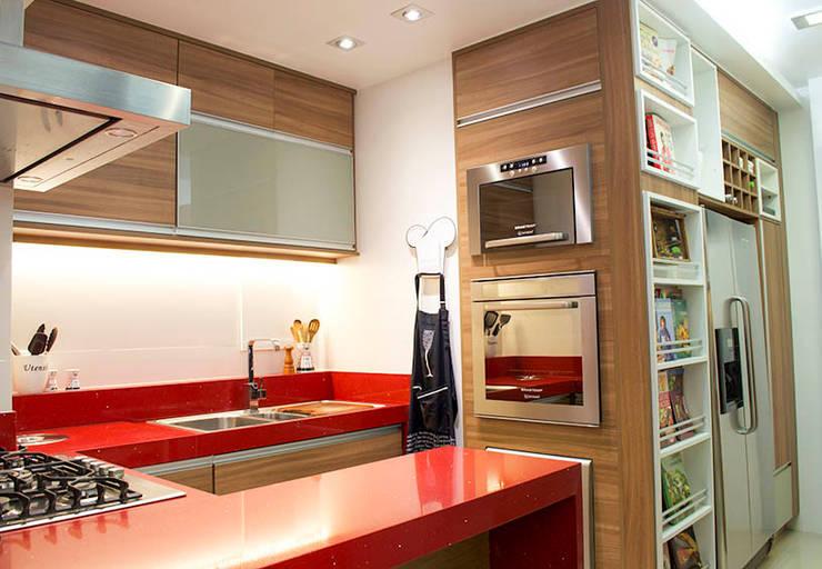 Cozinha em apartamento em Copacabana - RJ: Cozinhas  por Marcia Vaz Arquitetura Design e Interiores