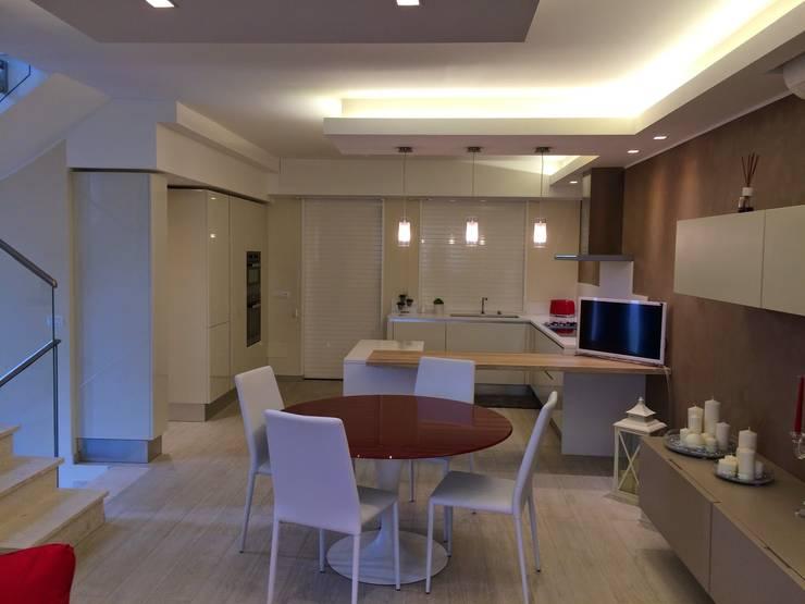 TAVOLO : Sala da pranzo in stile in stile Moderno di OSIMANI PROPOSTE DI ARREDO