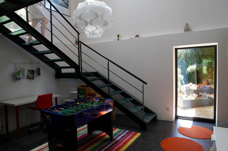O eido da revolta_Vivienda Unifamiliar: Pasillos y vestíbulos de estilo  de MAGA - Diseño de Interiores