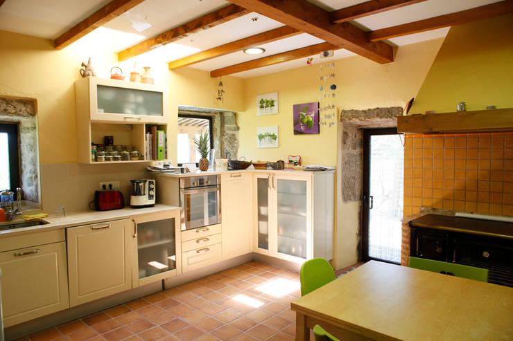 O eido da revolta_Vivienda Unifamiliar: Cocinas de estilo  de MAGA - Diseño de Interiores