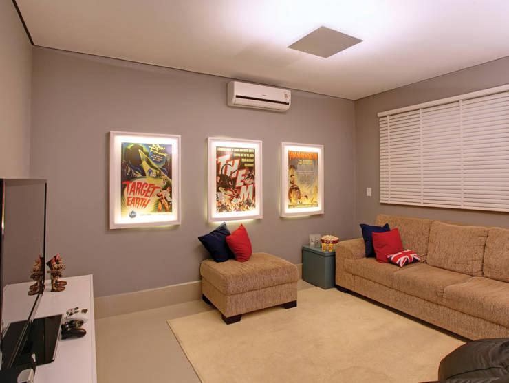 Casa B&D: Salas multimídia modernas por Híbrida Arquitetura, Engenharia e Construção