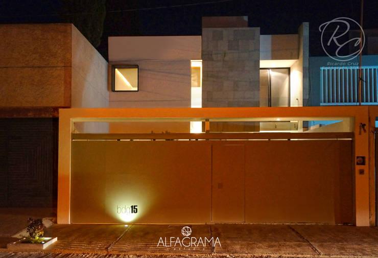 Fachada frontal nocturna: Casas de estilo  por Alfagrama estudio