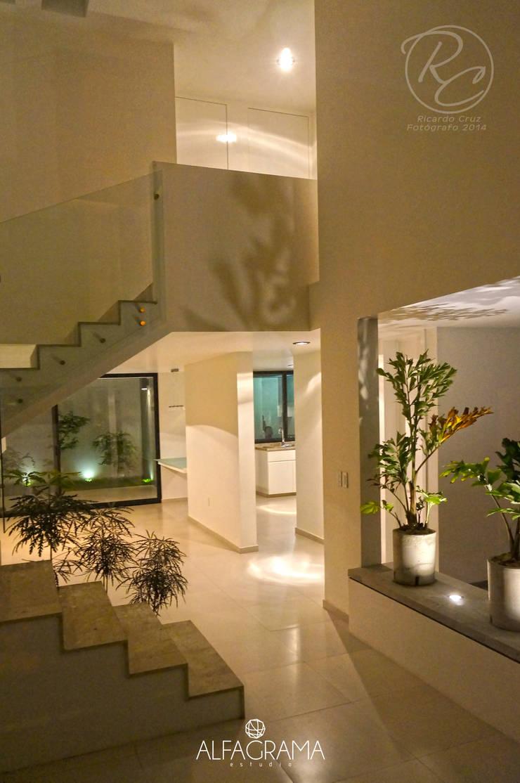 Ambientación nocturna: Pasillos y recibidores de estilo  por Alfagrama estudio