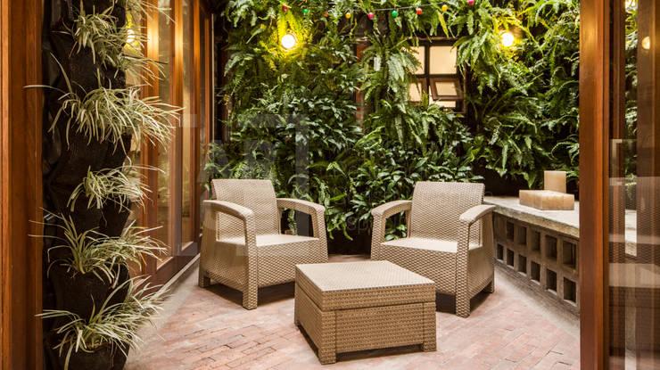La remodelación de un apartamento en chico norte. : Jardines de estilo  por ARCE S.A.S